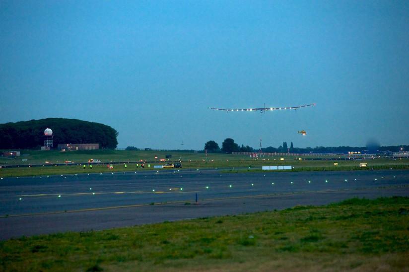 1280px-SolarImpulse_HB-SIA_landing_Brussels_Airport_1